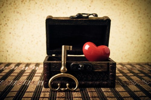scrigno con chiave e cuore