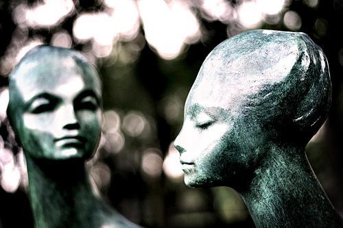 statua di uomo e donna