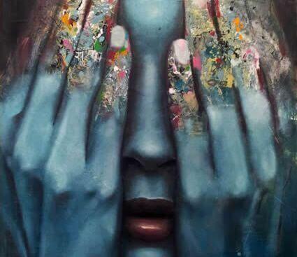 volto di donna nascosto dalle mani