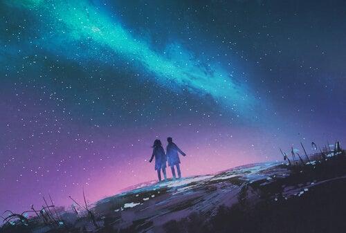 Coppia che passeggia di notte