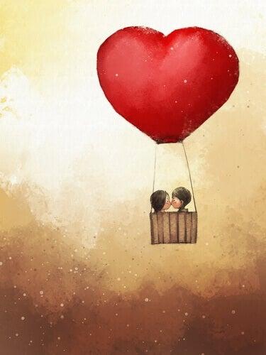 Mongolfiera a forma di cuore vola con coppia di bambini