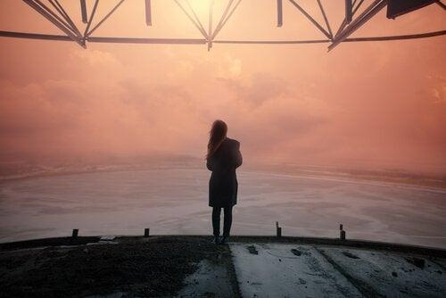 Ragazza-che-guarda-il-tramonto