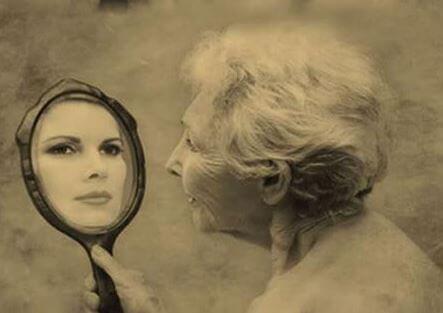 donna anziana riflette nello specchio volto giovane