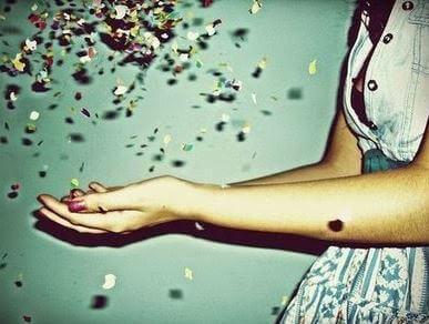 ragazza raccoglie petali di fiori che cadono dal cielo