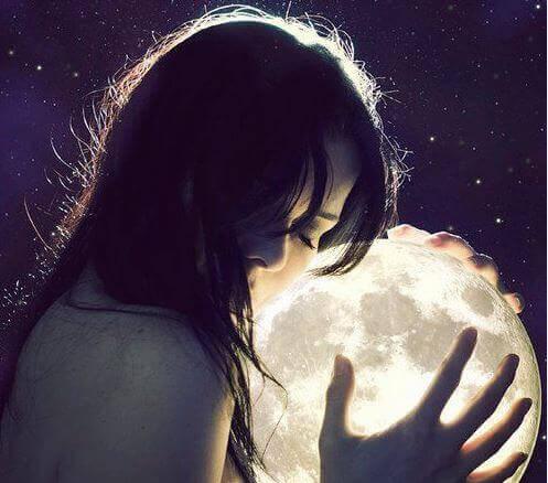 donna abbraccia la luna