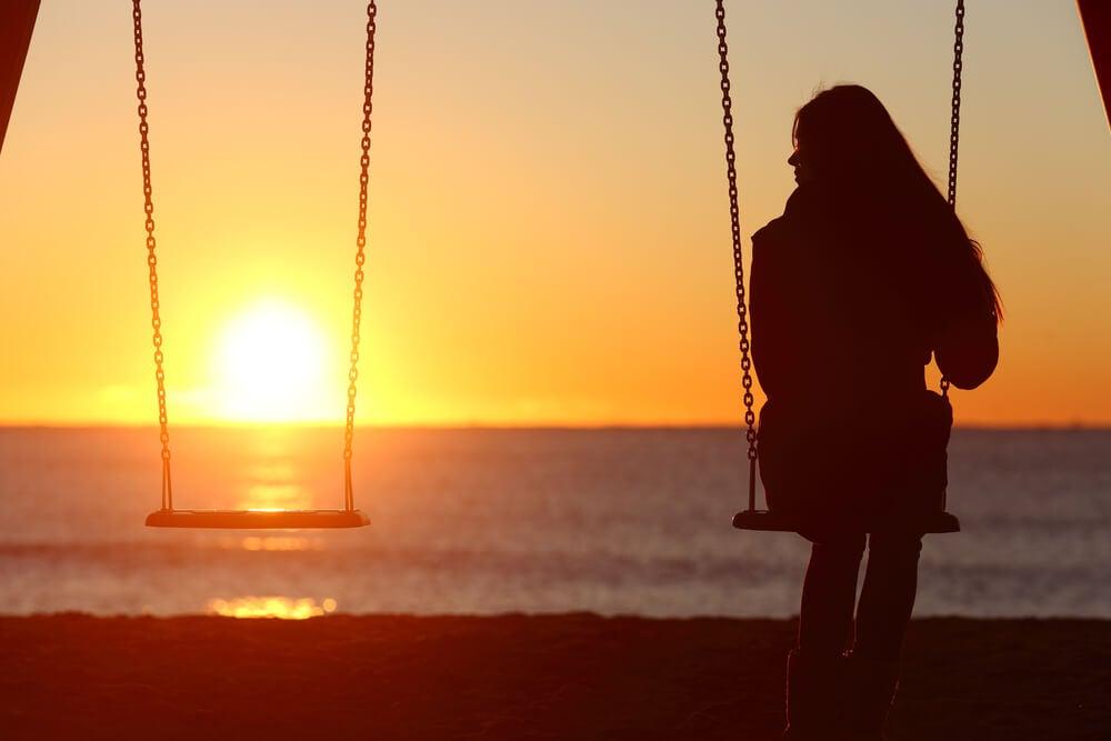 donna-altalena-tramonto