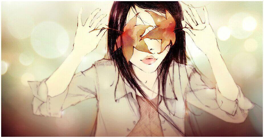 donna-col-volto-coperto-da-foglie