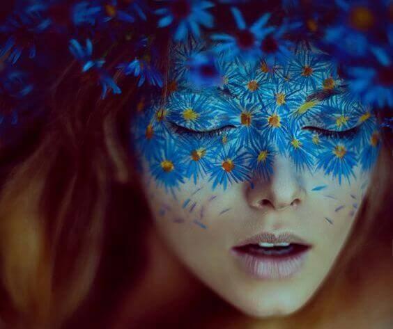 donna-con-maschera-di-fiori-blu