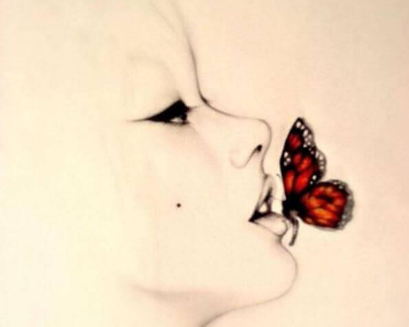 farfalla sulla bocca di una donna