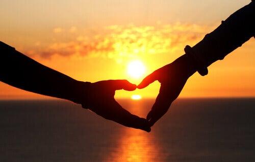 mani che formano un cuore