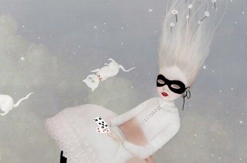 bambina bionda con maschera e gatti bianchi