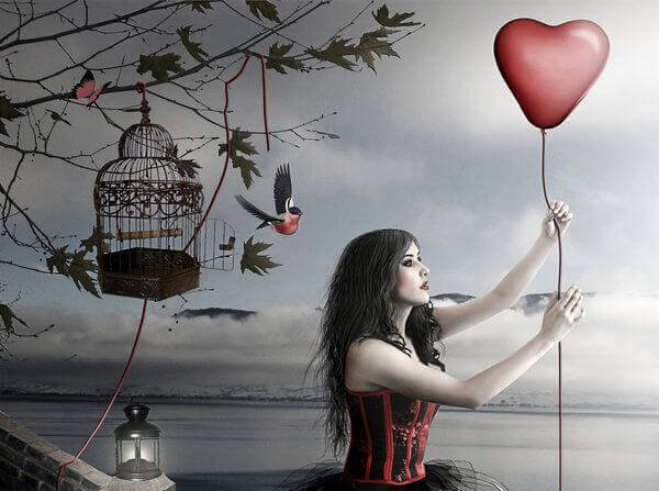 ragazza che regge un palloncino a forma di cuore
