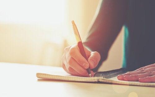 ragazza scrive