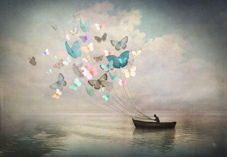uomo in barca guidato dalle farfalle