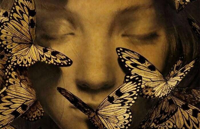 viso di donna circondato da farfalle