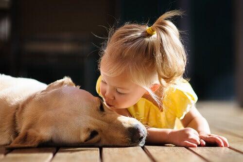 Bambina-che-da-un-bacio-a-un-cane