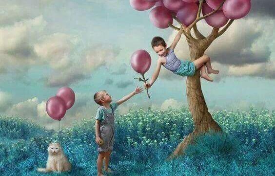 Bambini che si arrampiacano su un albero