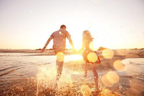 Coppia felice che corre al mare