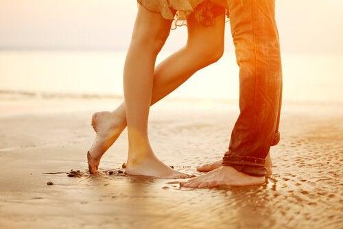 piedi di uomo e donna sulla spiaggia