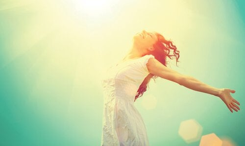 Donna felice che salta e si gode il presente