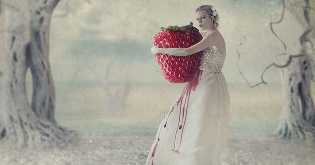 donna abbraccia fragola