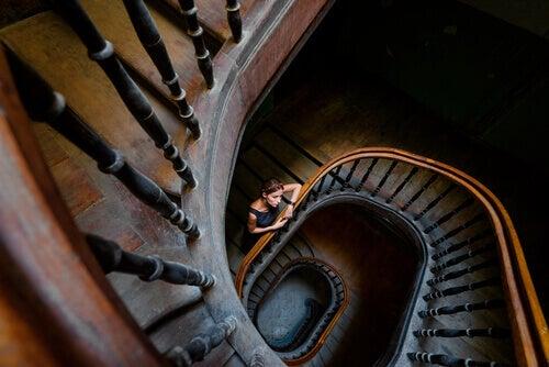 Donna sulle scale a spirale