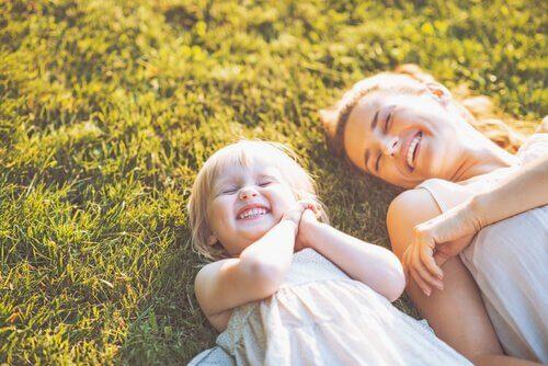 Madre e figlia che sorridono neuroni specchio
