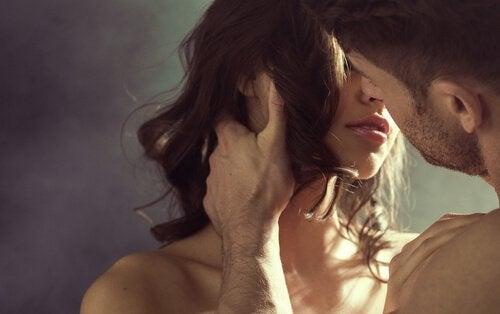 Uomo-bacia-una-donna