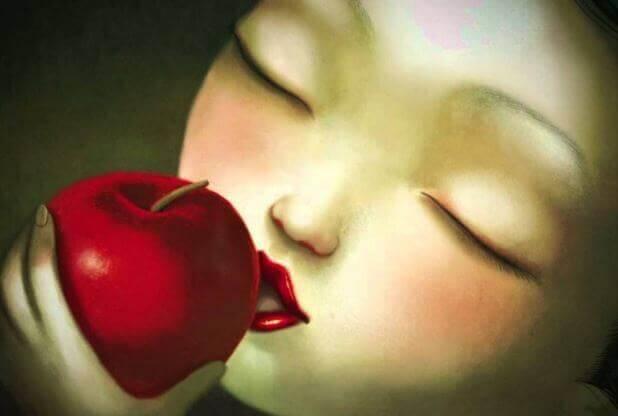 bambina morde mela