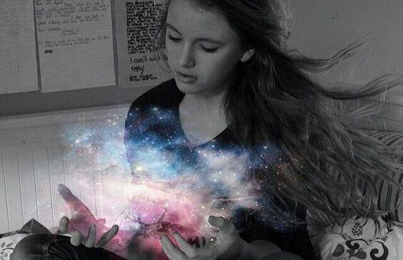 bambina con luce dell'universo tra le mani