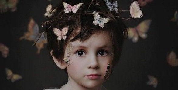 bambino-con-farfalle-sulla-testa-e1456699760764