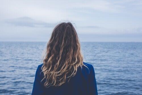 ragazza rivolta verso il mare