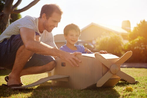 padre e figlio costruiscono aeroplano