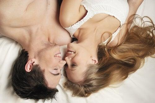 coppia a letto ride
