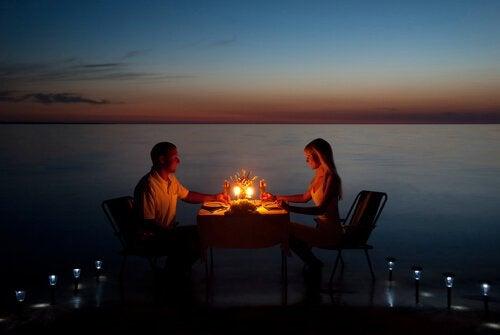 coppia che cena a lume di candela