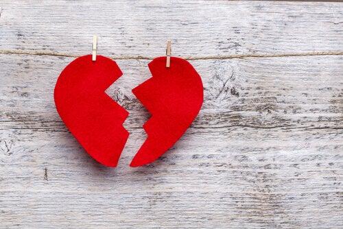 cuore spezzato e appeso