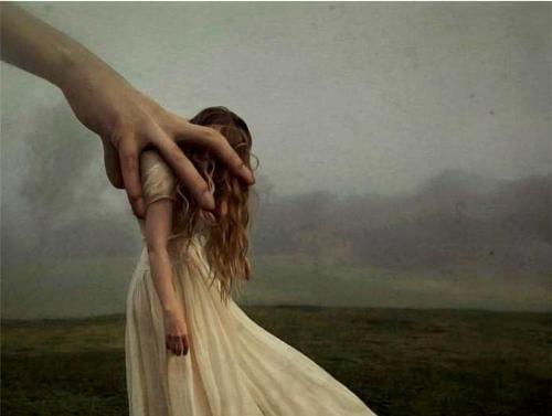 mano stringe corpo di ragazza