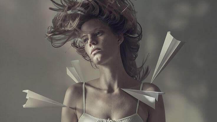 donna con aeroplanini di carta nel corpo