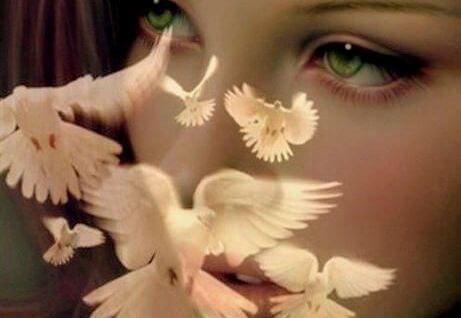 donna-con-farfalle-sul-viso