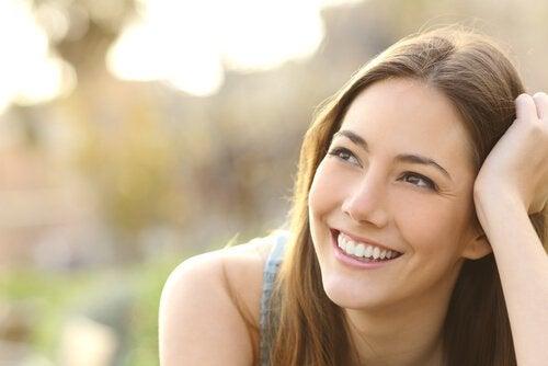 donna con sorriso sincero