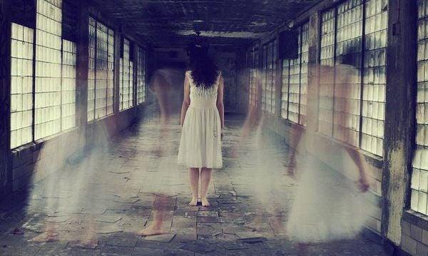 donna imprigionata in un corridoio