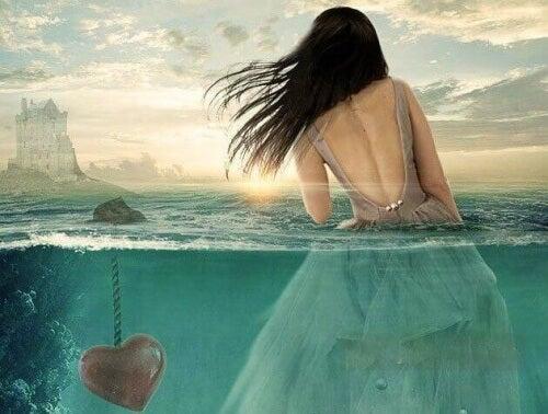 donna-in-acqua-con-cuore-affogato