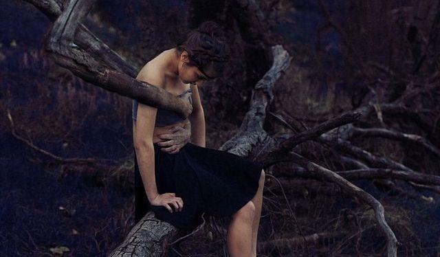 donna intrappolata dall'albero