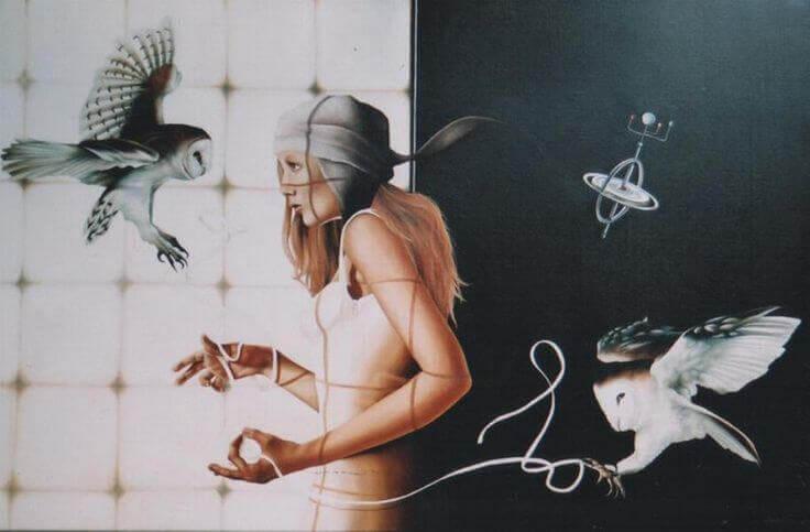 donna intrecciata con reti e animali