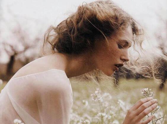 donna-tra-fiori-bianchi