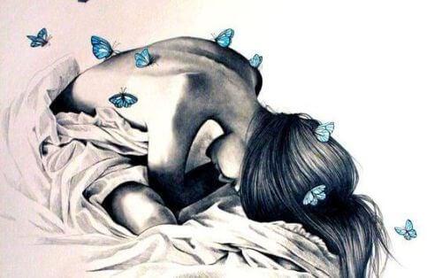 donna piegata su se stessa e farfalle