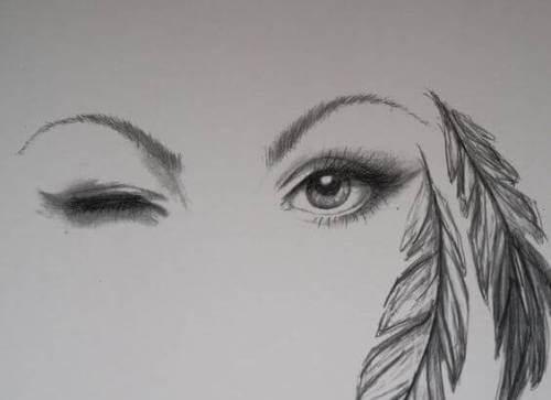 donna fa occhiolino