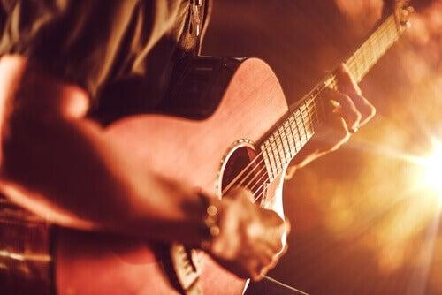 uomo suona chitarra