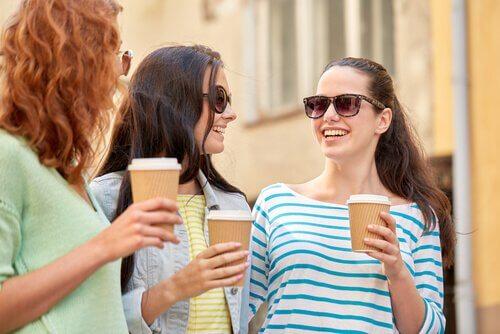 amiche prendono un caffe