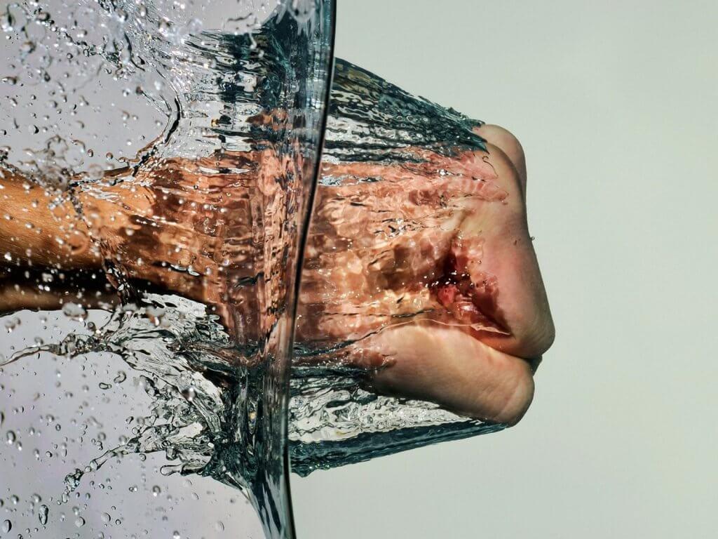 pugno contro l'acqua